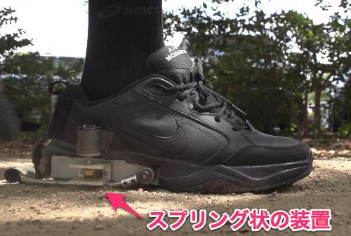 この靴を履いて歩くと、内部のギアからモーターへとエネルギーが伝わり、発電するという仕組みになっているそうです。本当にただ歩けばいいだけですね。